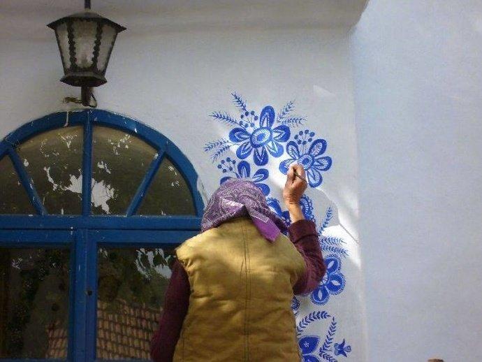 90岁的捷克老奶奶用画笔把村庄变成美术馆。老奶奶说