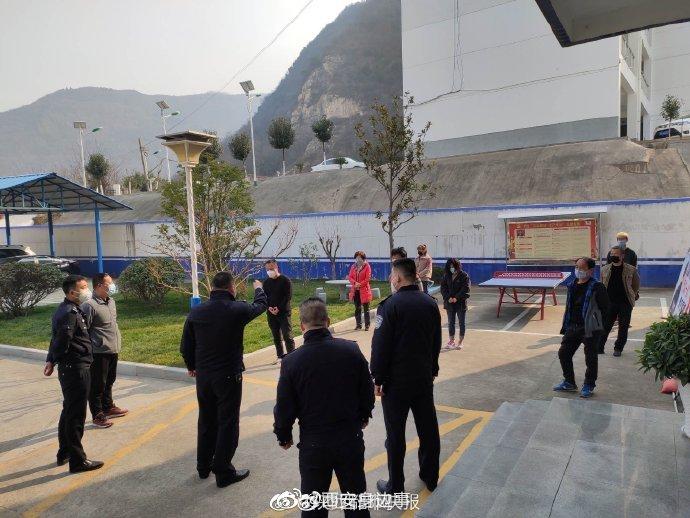 趁着外出买菜机会爬山游玩  西安民警对八名不遵守疫情防控规定人员进