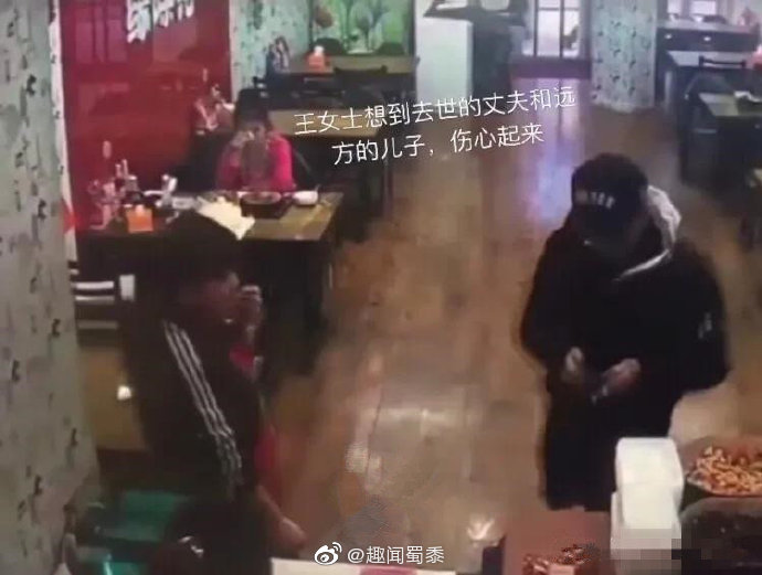 11.27号是王女士69岁的生日,她独自一人来到一家小店,点了菜
