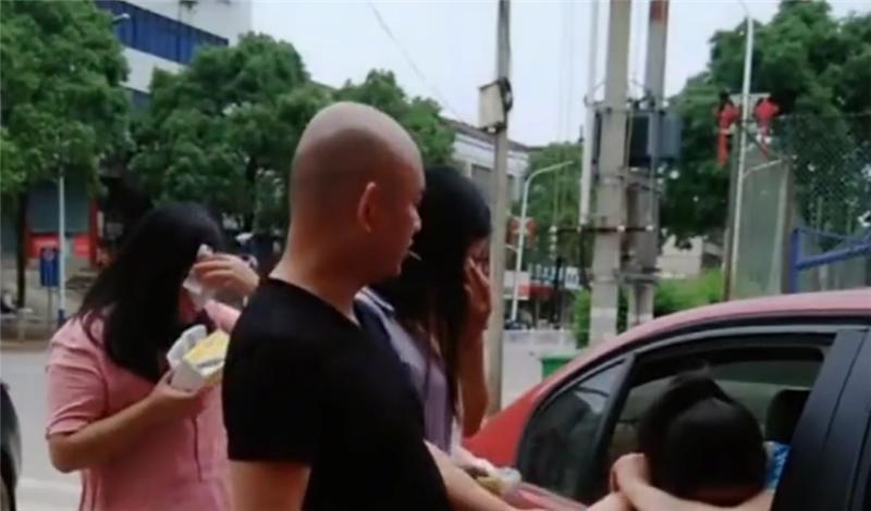 31万宝马3系停路边,不少女性上车哭泣,看到车旁一牌子才明白