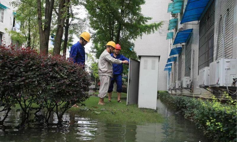 争分夺秒 乐山电力部门积极应对特大暴雨