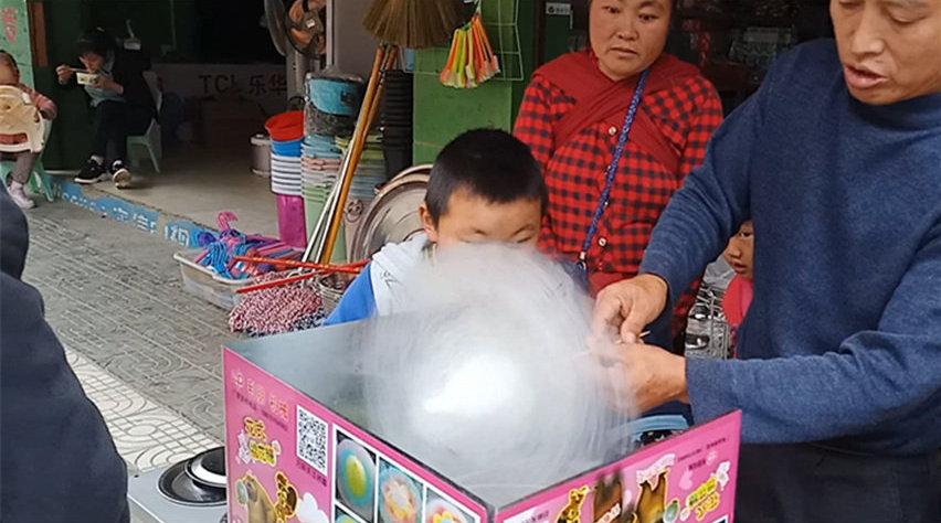 大叔在家带孙子上学嫌无聊 卖棉花糖赚生活费打发时间