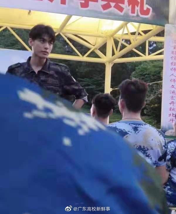 岭南师范学院大一新生开始军训,有一位学生教官好帅!!