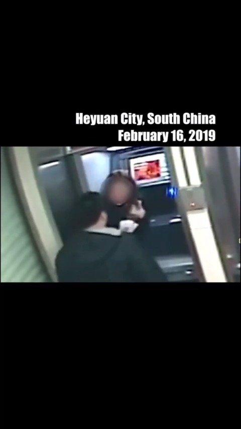 ATM取款时注意遮挡,不然你会被侮辱的