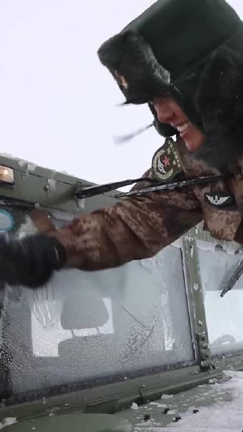顶风冒雪送物资 这就是中国边防军人! 人民网