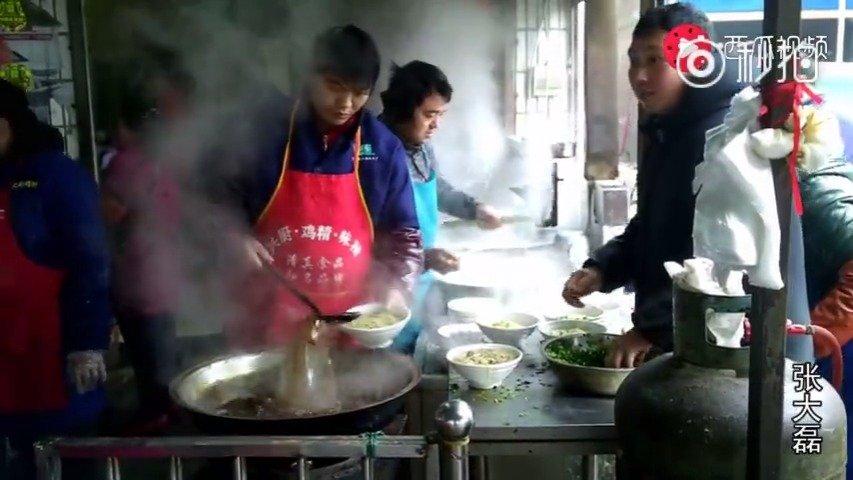 河南最亲民的面馆 一碗面条只卖6块钱 每天能卖2000碗 年收入百万