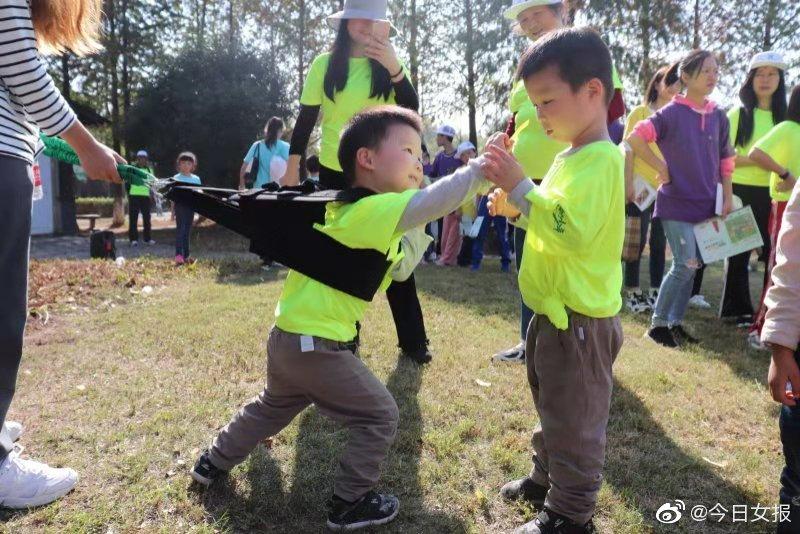 在5号打卡点,在舞蹈老师的带领下,不仅小朋友们成为挑战的主力军