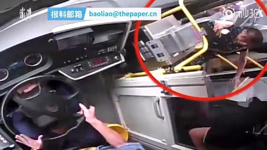 8月13日,江西萍乡。据江西日报,一辆19路公交车失控冲向站台
