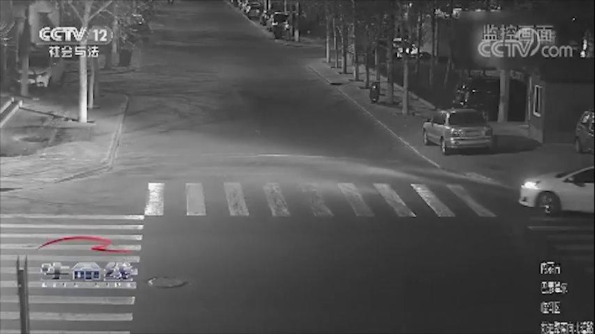 男子凌晨醉驾超速,撞飞正在过马路的老人后逃逸,老人今年80岁