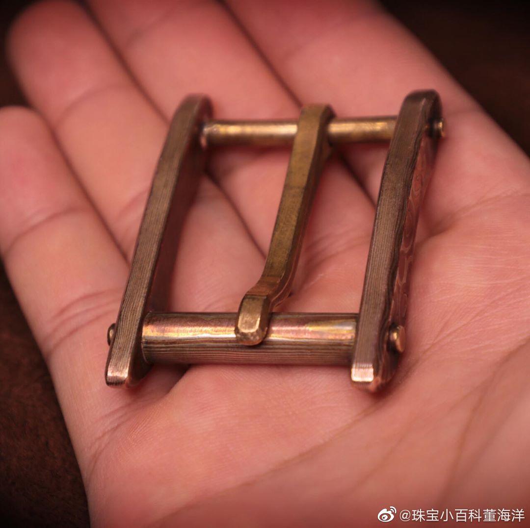 木纹金顾名思义就是金属表面呈现出如同木头纹理一般的金属花纹