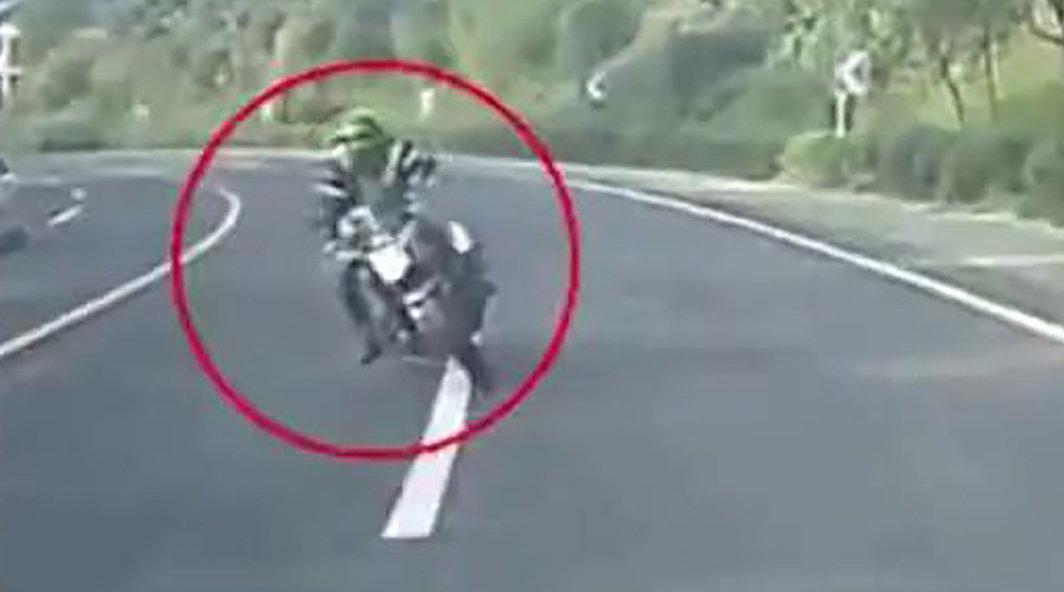 摩托车弯道逆行迎面撞轿车车手空中翻滚后摔下交警:速度太快