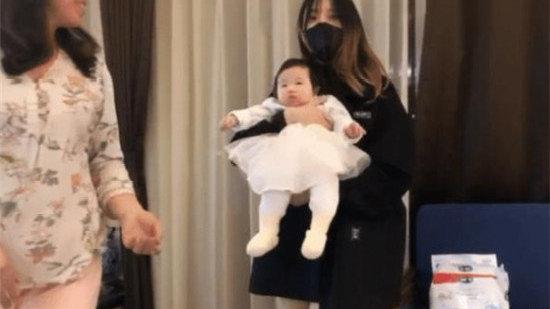 LOL笑笑直播母女出镜!老婆苗条身材大长腿,一看小花头发放心了