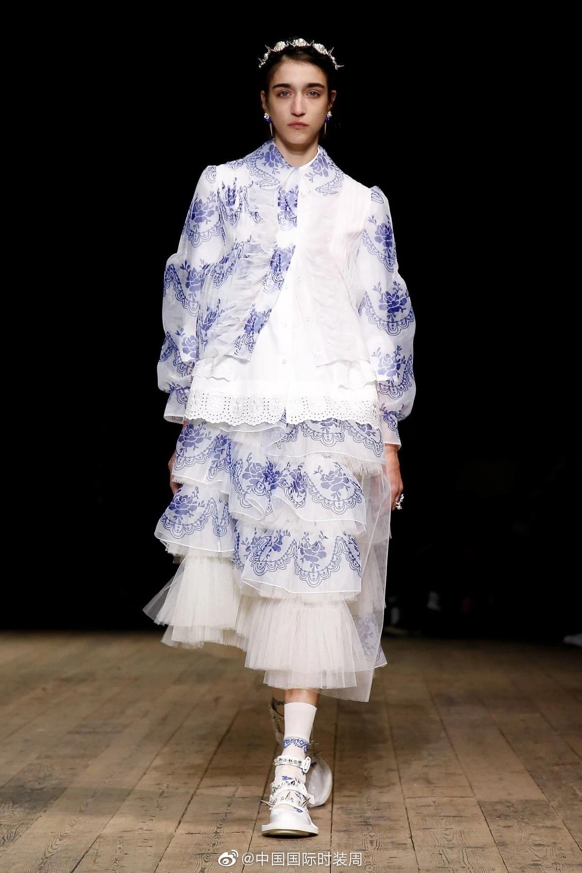 """曾经掀起了""""珍珠发卡""""热潮的Simone Rocha致力于设计出适合全年龄段"""