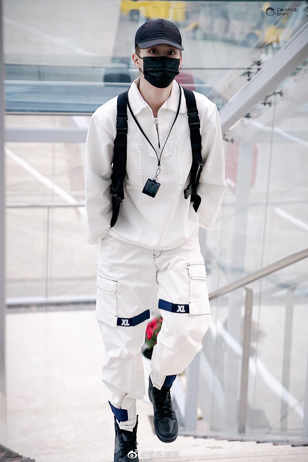 黑白工装风搭配棒球帽马丁靴