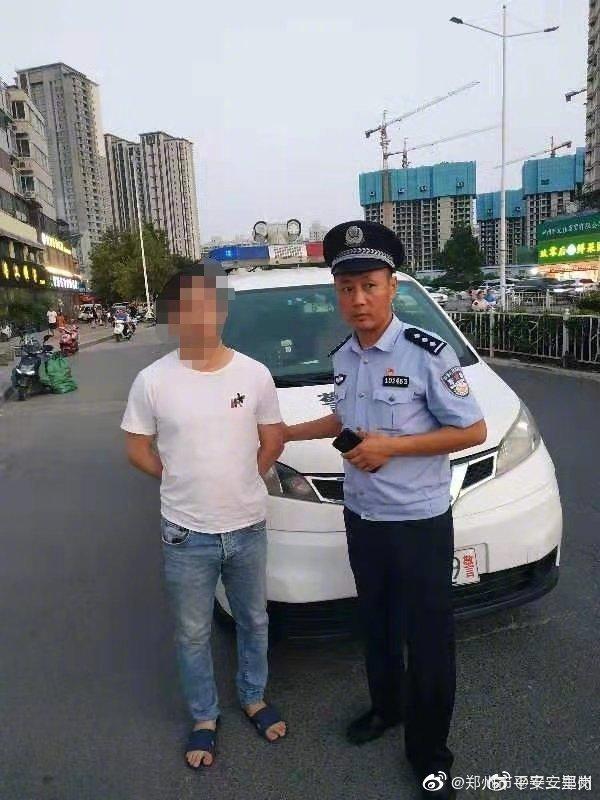 8月19日,郑州警方二里岗分局交管巡防大队接群众举报