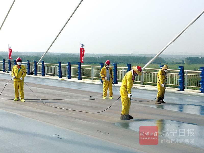嘉鱼长江大桥桥面铺装进行时