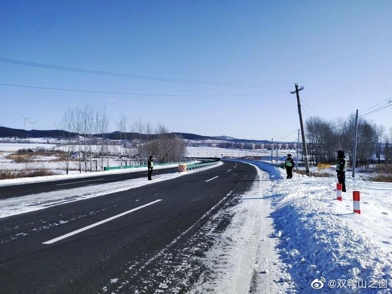 双鸭山交警支队宝山大队组织民警对管辖路段的道路设施、警示标志、安