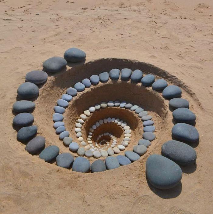 艺术家Jon Foreman,以石为墨,以广阔的海岸线为画布