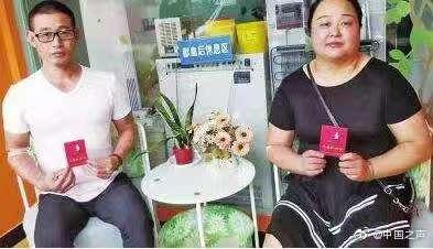 昨天上午,河南省漯河市民万俊彪和高妞妞夫妻俩