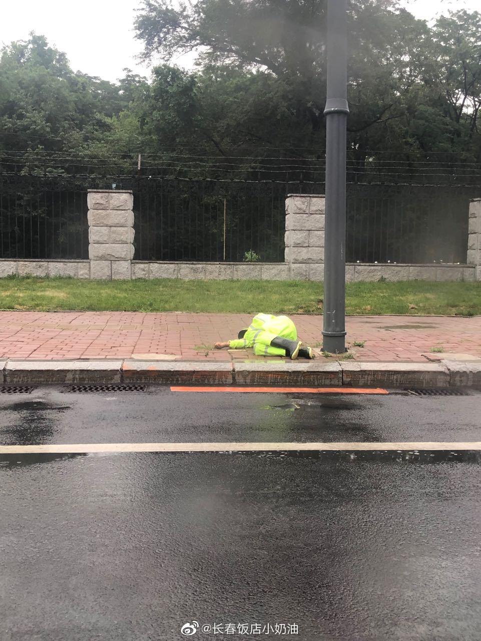 网友爆料:东北师范大学对面路灯下面