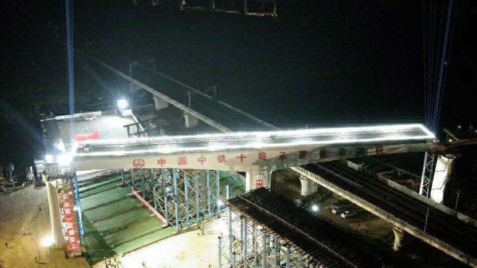 鲁南京沪两大铁路昨日完美邂逅,跨京沪高铁转体角度最大、吨位最重!