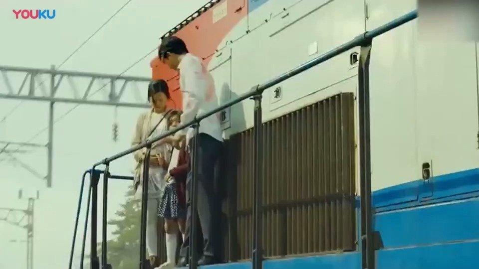 父亲为了女儿的安全,宁愿自己跳下火车
