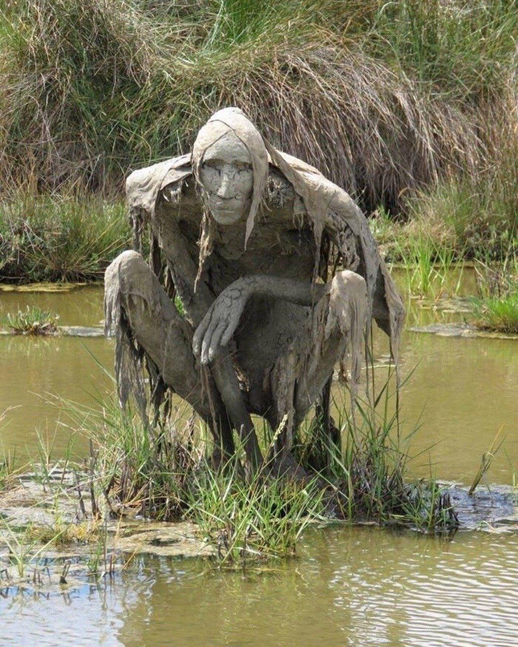 这是雕塑家Sophie Prestigiacomo在法国自然保护区里设置的沼泽生物雕