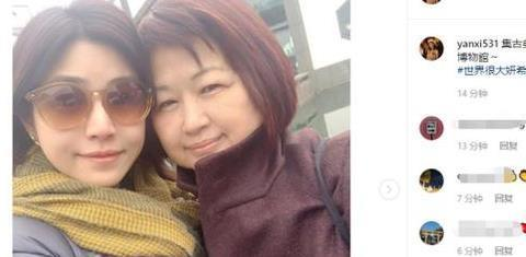 陈妍希晒与母亲近照,母女俩五官太想,同款包子脸十分吸睛