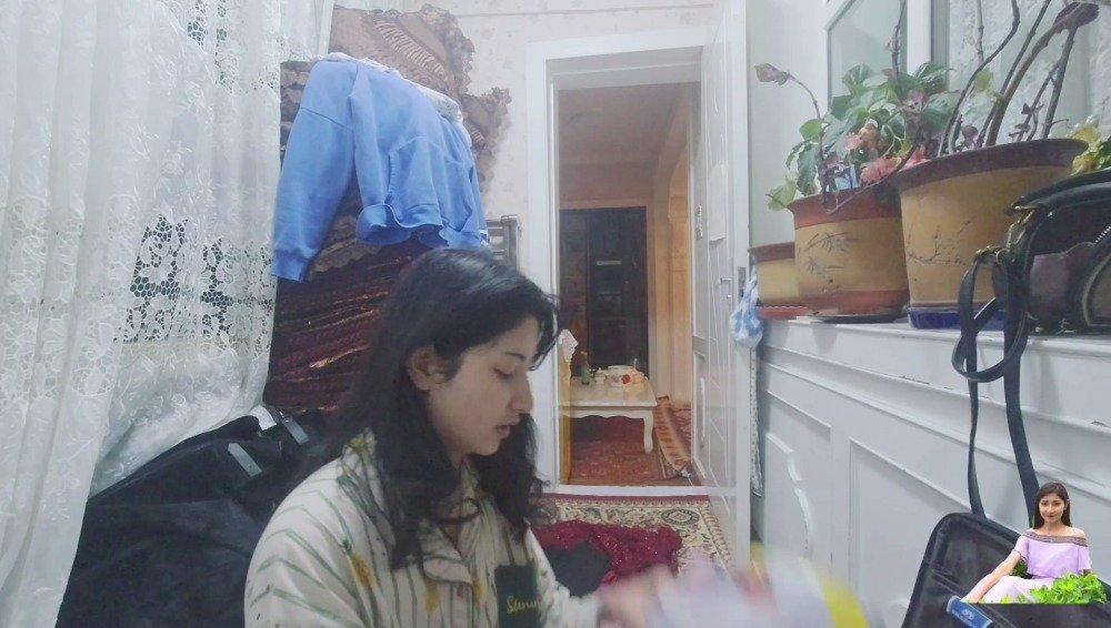 新疆古丽清晨出门赶飞机,摄像师吐槽经常迟到,女孩出门真麻烦!