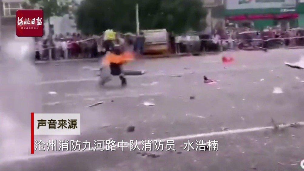 惊险!@河北消防 员徒手拎出喷火煤气罐