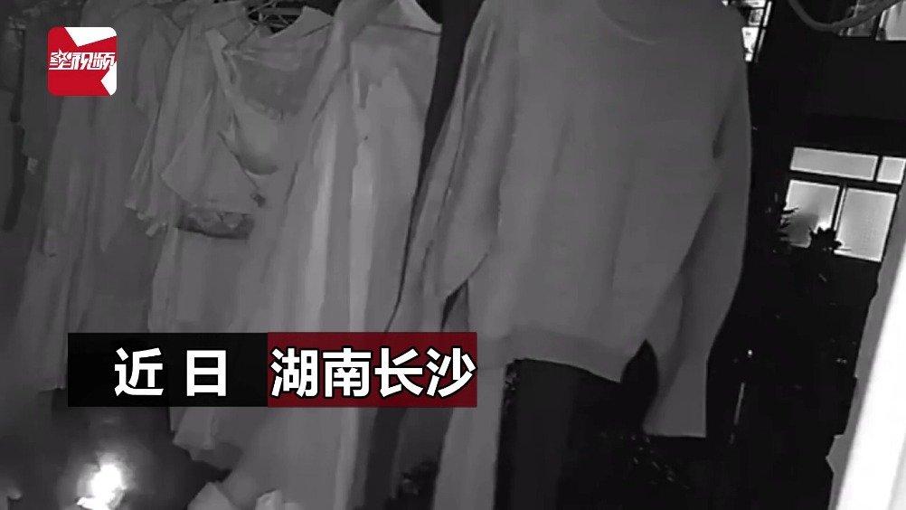 看了发毛!男子潜入女员工宿舍偷内衣,还放在鼻子前不停的闻