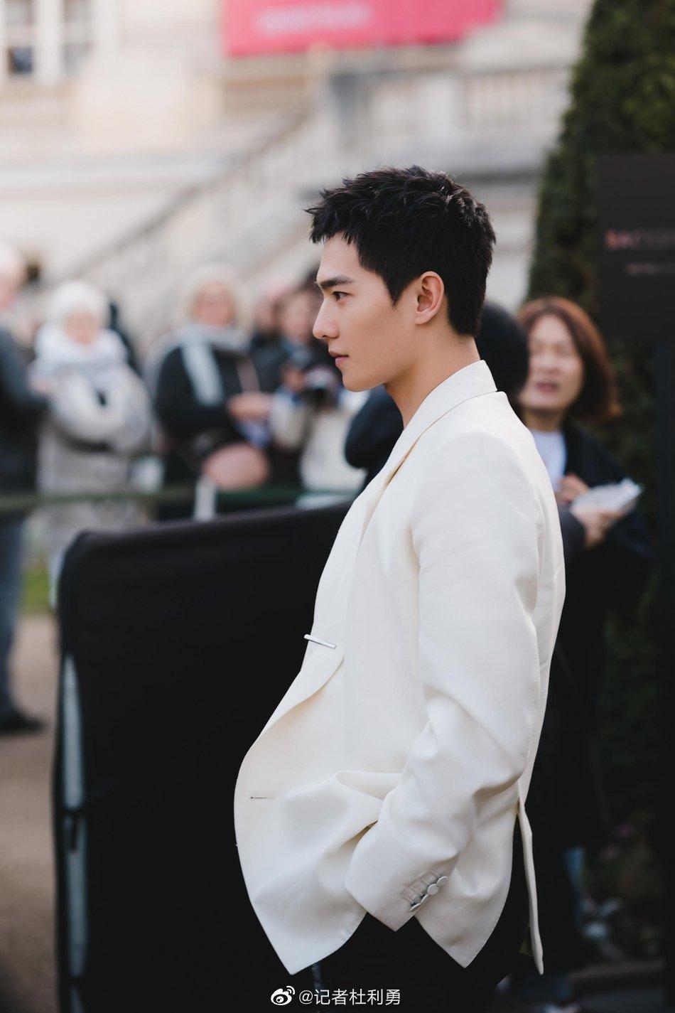 杨洋亮相巴黎男装周 穿白色真空西装性感不羁
