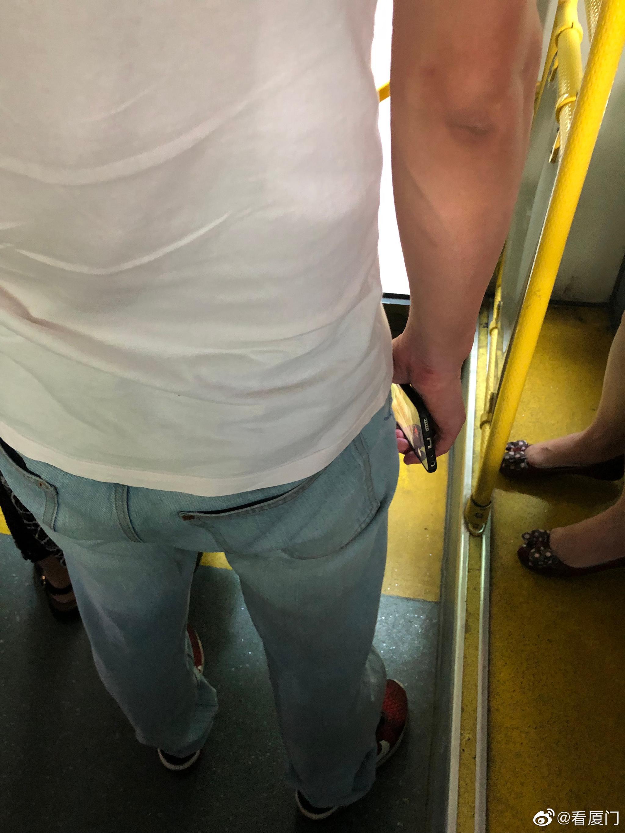 举报一个变态  24路公车上 偷拍女生裙底  在岳阳小区站下车 估计在附
