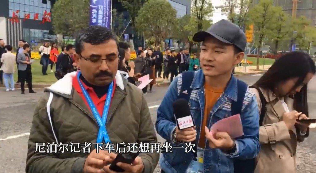 军运会中外媒体体验无人驾驶,尼泊尔记者下车后还想再坐一次