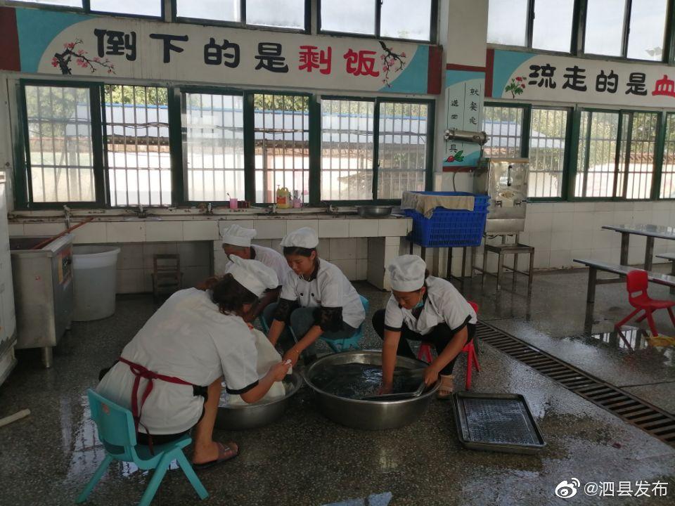 泗县积极做好秋季开学前食堂开餐的准备工作