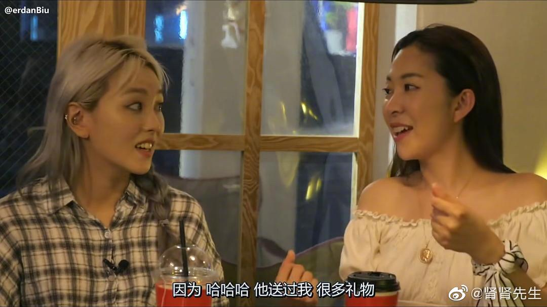 Tinder (图中右边的女生)和Kpop的一位男明星谈恋爱