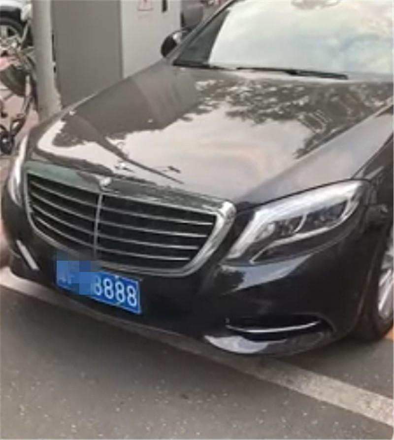 104万奔驰S320L现天津,本不会在意,但车牌号实在惹眼