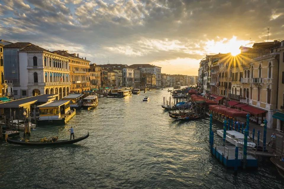 威尼斯水城想坐在弯弯的小船上看两岸的风景
