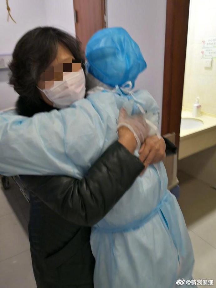 老人家疫情中失去丈夫妹妹,做医生的儿子也被传染