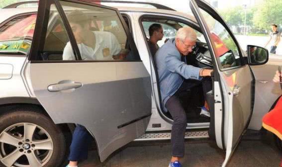 看完国足队员的座驾,再看里皮开的车,网友:差距真大!