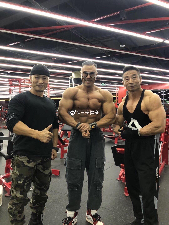 大批运动员们从全国各地陆续达到南京王宁健身虎踞北路店,汇聚一堂
