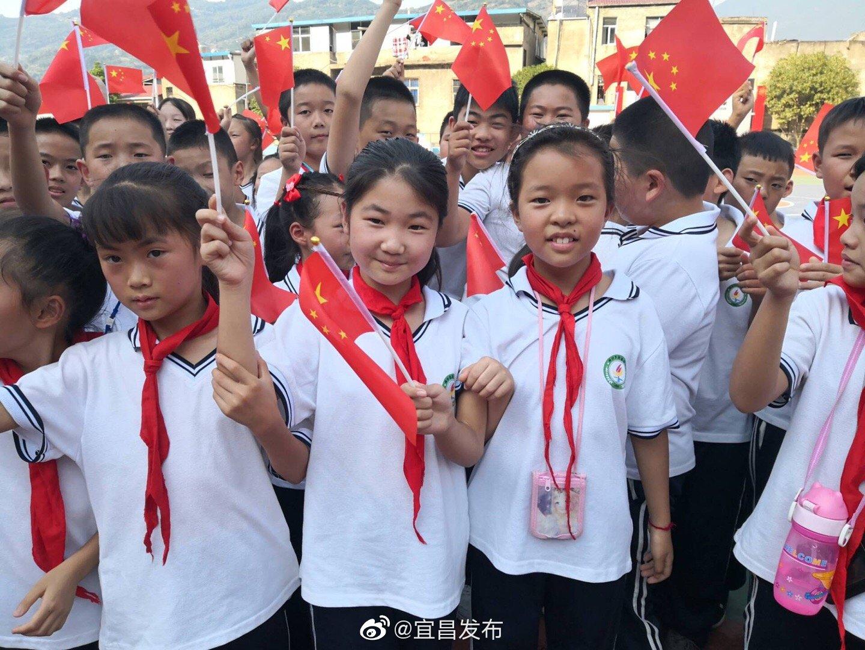 """郭家坝镇中心小学三百学生""""祝福祖国"""""""