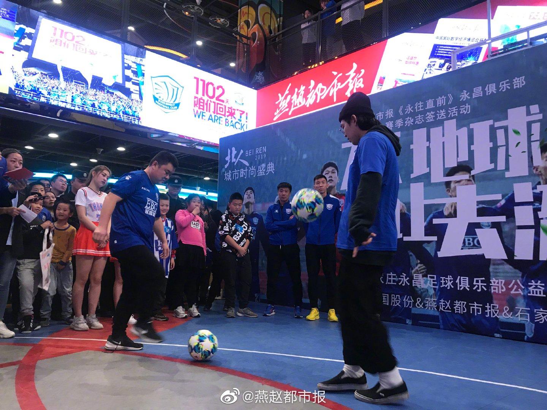 冯绍顺、刘鑫瑜、朴世豪现场和粉丝互动秀球技。孩子们也不甘示弱