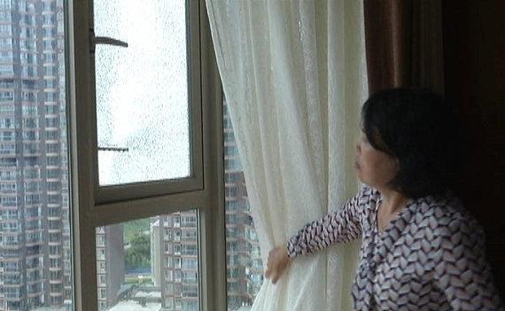 """卧室玻璃惊现""""弹孔"""" 住户怀疑被报复!"""