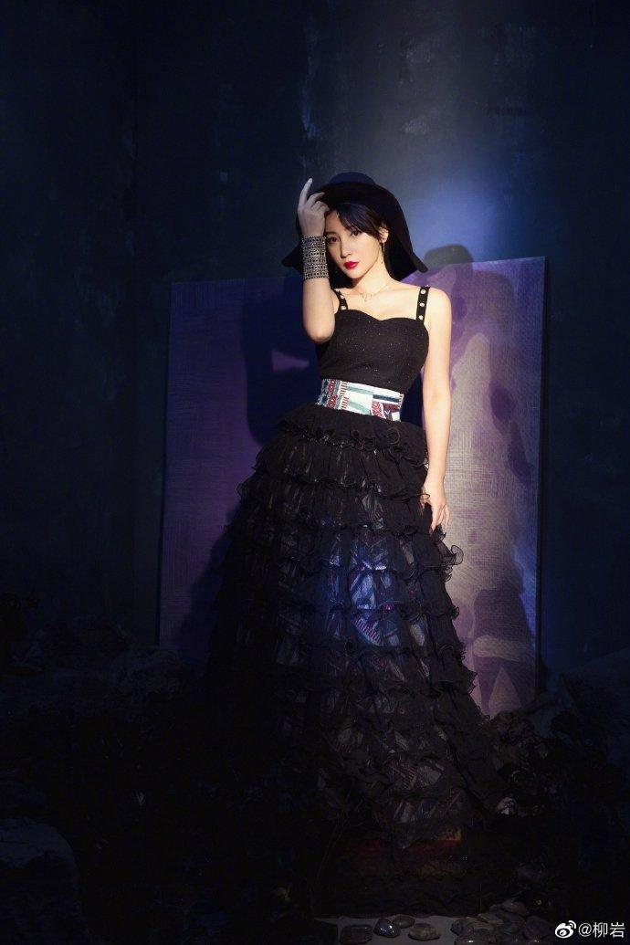 柳岩黑纱长裙搭铆钉手链朋克性感 民族风腰带显纤腰款图片