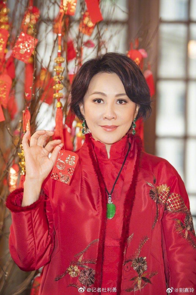 刘嘉玲分享美照提前拜年 穿刺绣红袄优雅端庄喜庆十足