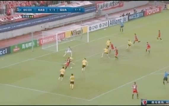 广州恒大和鹿岛比赛在结束哨声响起,双方球员都瘫倒在场上