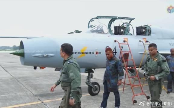 孟加拉国空军参谋长试驾中国造歼-7BGI战斗机!