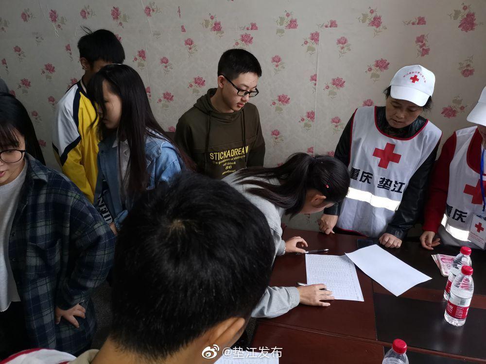 近日,县红十字会组织志愿者到垫江中学开展助学活动