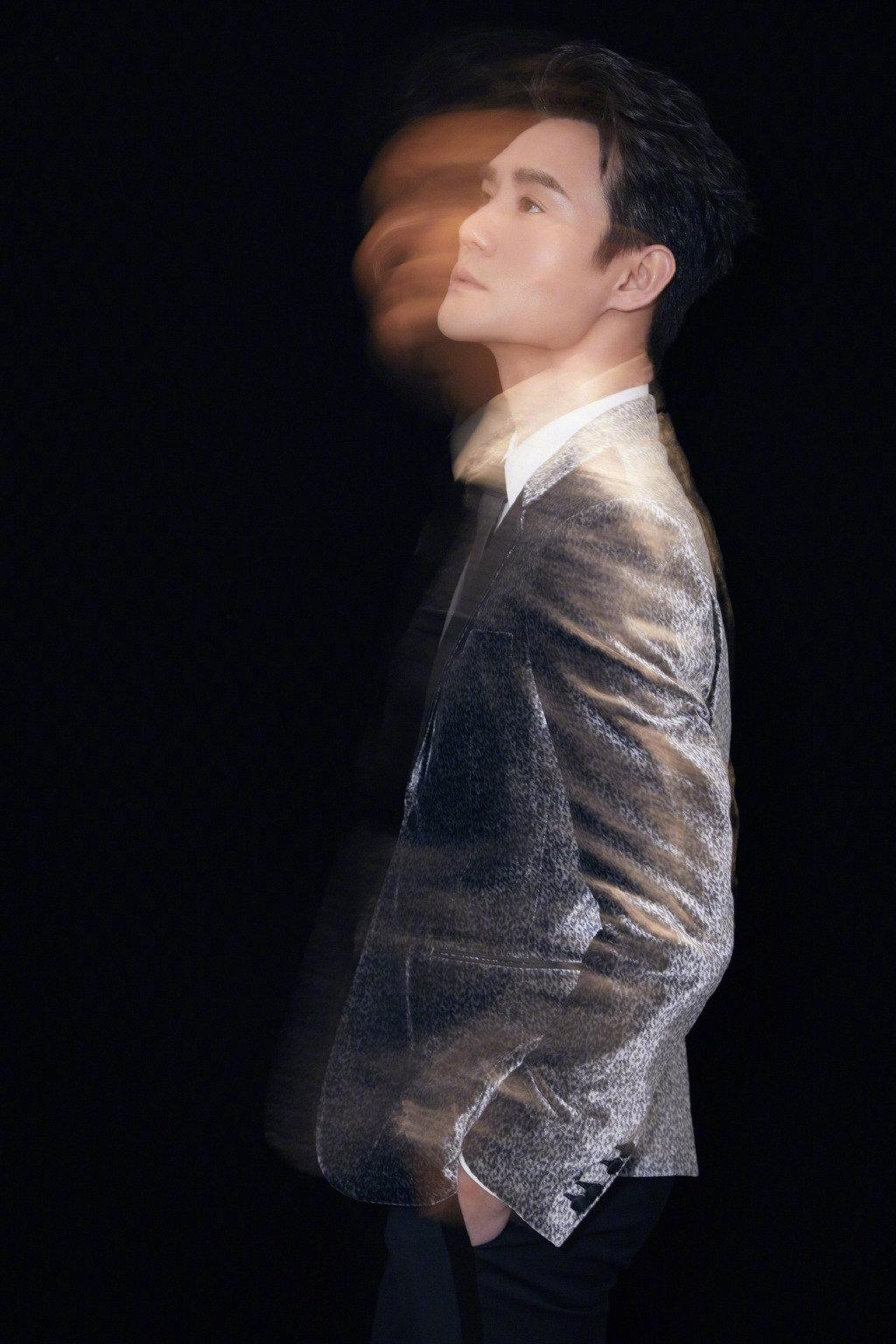 王凯一身银灰色丝绒西装搭配黑色西裤和金属头皮靴